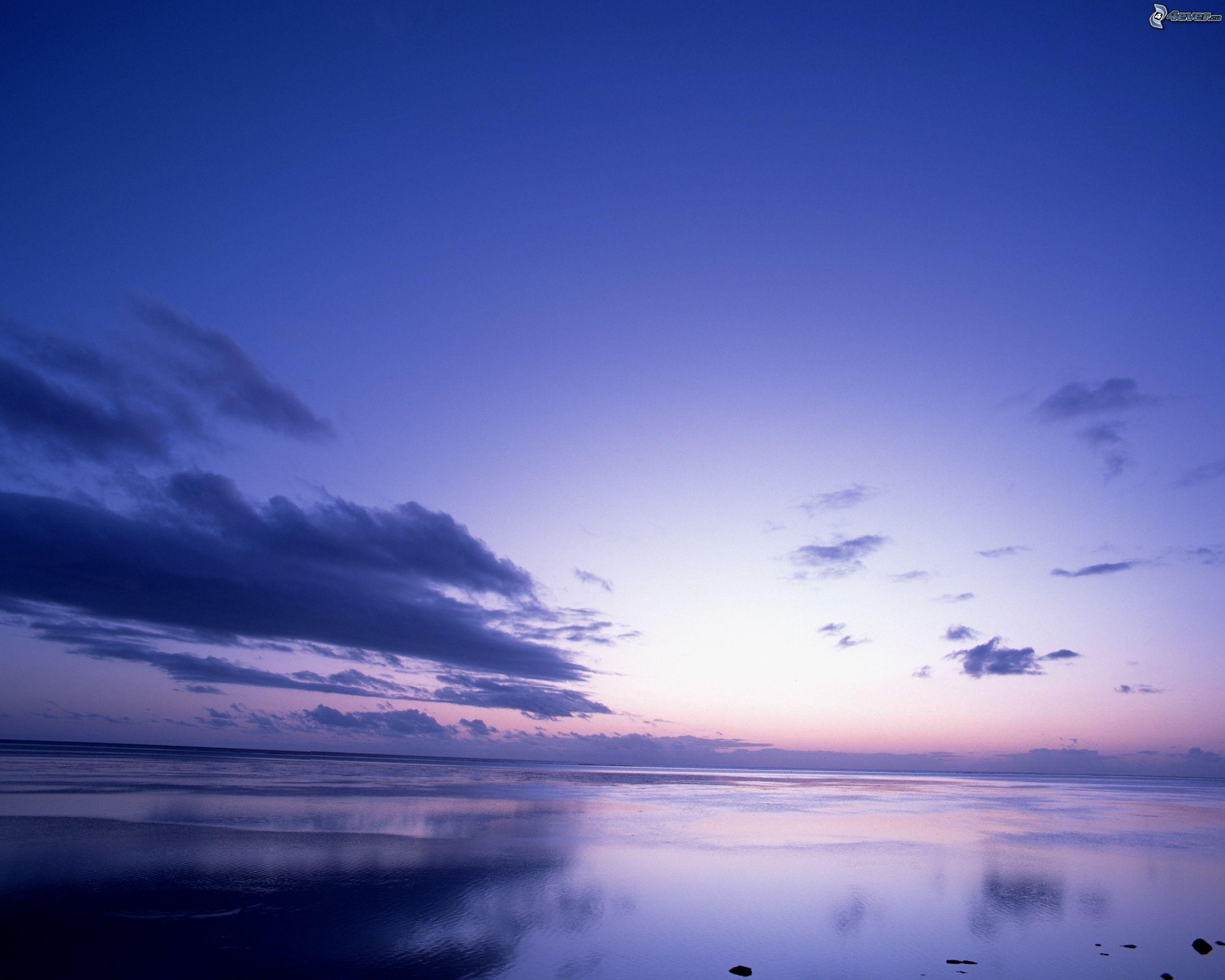 Déclin sociétal, effondrement émotionnel ? Ciel-bleu,-nuages,-mer,-ocean,-surface-de-leau-calme-125101