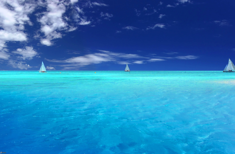 La mer d'azur peu profonde