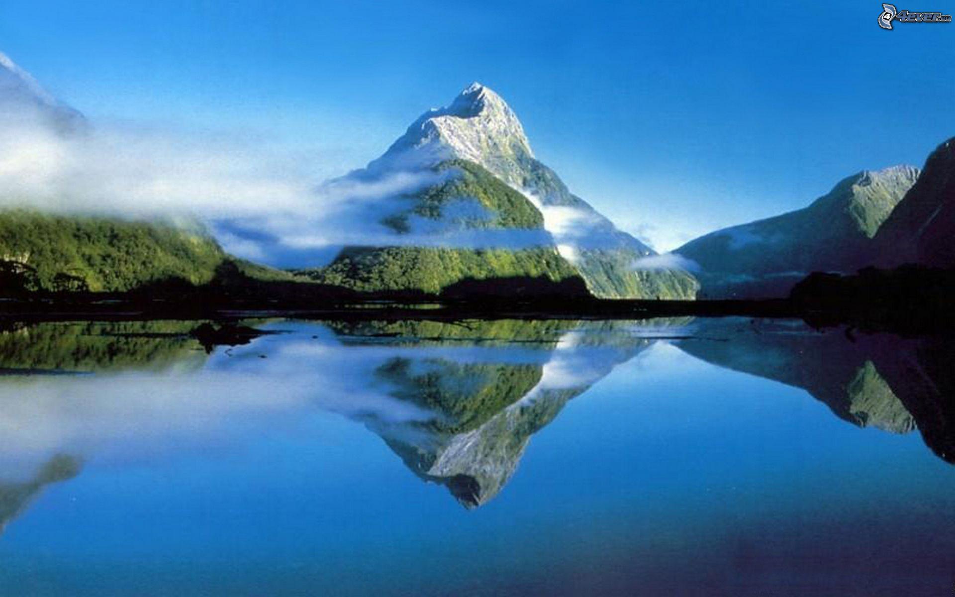 Montagne enneigée au-dessus du lac